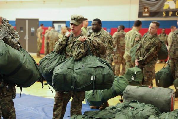 Binh sĩ Mỹ thuộc Sư đoàn Tăng số 1 xếp đồ lên đường tham gia tập trận tại châu Âu. Ảnh: BusinessInsider/US Army