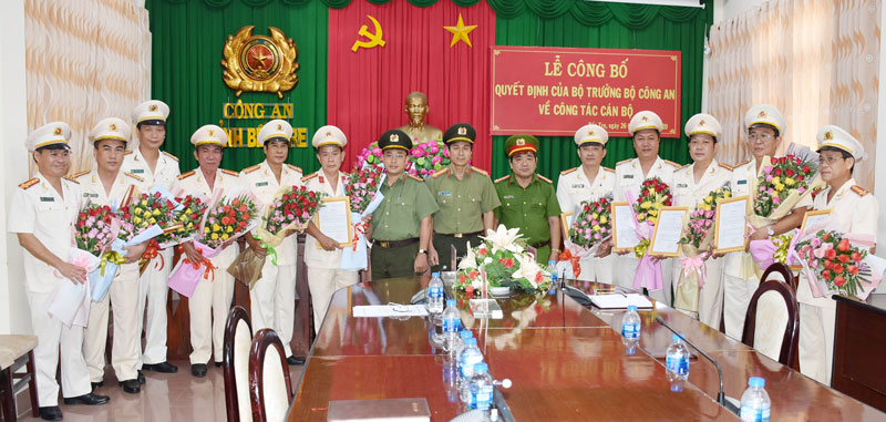 Lãnh đạo Công an tỉnh tặng hoa chúc mừng các đồng chí nhận quyết định của Bộ Công an.