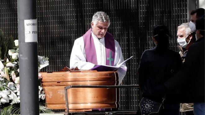 Tây Ban Nha bắt đầu 10 ngày quốc tang những người tử vong vì Covid-19. Ảnh minh họa: BBC