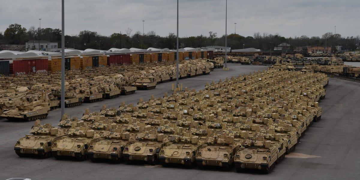 """Phương tiện bọc thép của Mỹ chuẩn bị lên tàu sang châu Âu tham gia cuộc tập trận """"Người bảo vệ châu Âu 20"""" ngày 18-2. Ảnh: BusinessInsider/US Army"""