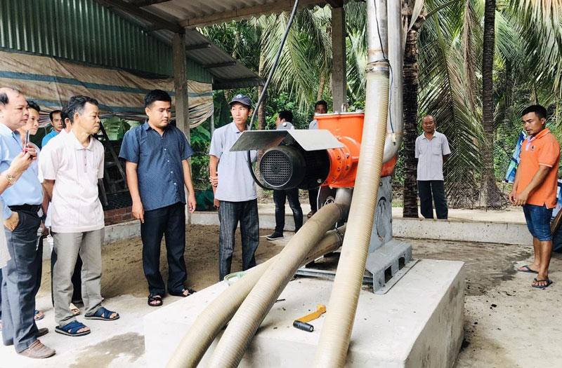Tham quan mô hình sử dụng hệ thống máy tách phân để xử lý chất thải chăn nuôi làm nguyên liệu sản xuất phân bón hữu cơ ở xã Phước Mỹ Trung (Mỏ Cày Bắc). Ảnh: LCASP