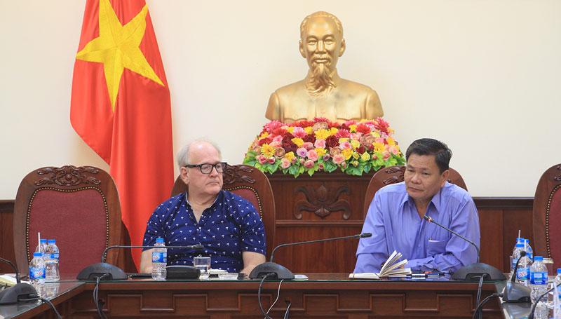 Phó chủ tịch UBND tỉnh Nguyễn Hữu Lập và ông Tim McGrath - Giám đốc Chương trình GIZ tại buổi làm việc.