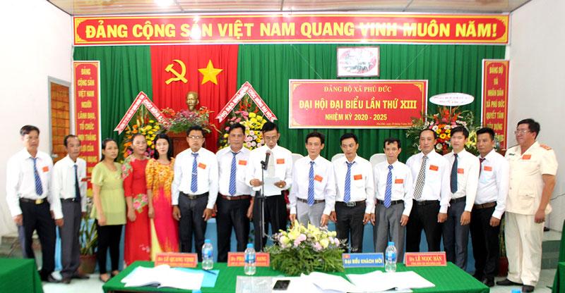 Ban Chấp hành Đảng bộ xã Phú Đức nhiệm kỳ 2020 - 2025 ra mắt, hạ quyết tâm. Ảnh: H. Đức