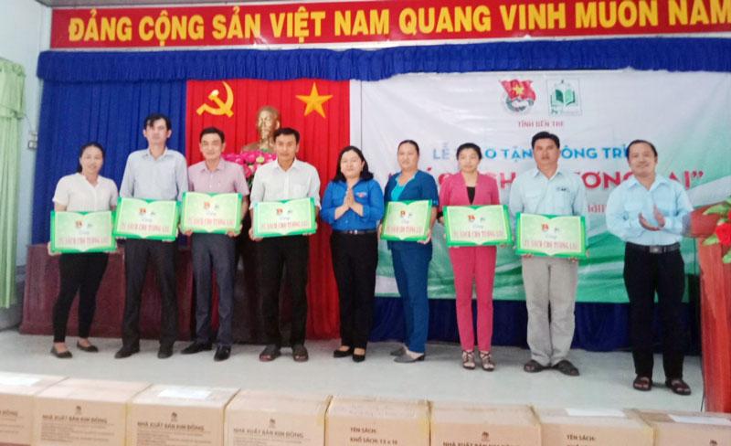 Tỉnh Đoàn Bến Tre trao tặng tủ sách cho các trường THCS tại Ba Tri.