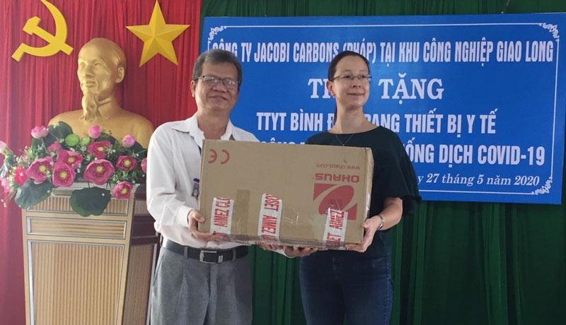Đơn vị tài trợ trao trang thiết bị cho Trung tâm y tế huyện. Ảnh: Thanh Hương