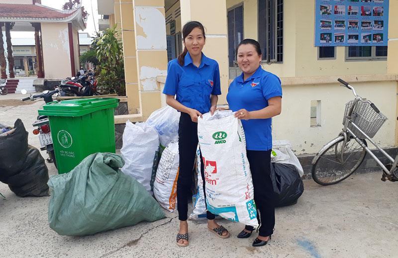 Đoàn viên thu gom rác thải nhựa. Ảnh: Nguyễn Hiệp