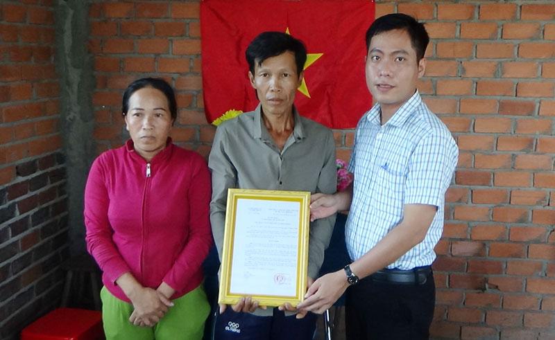 Trao quyết định nhận nhà cho vợ chồng chị Thanh Thủy. Ảnh: Trần Thắng