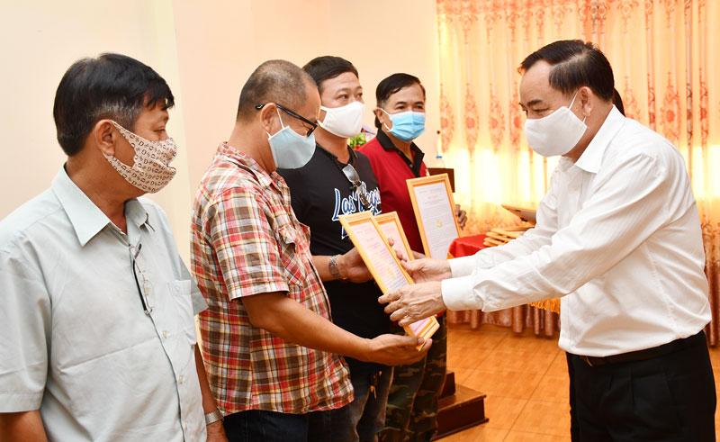 Phó bí thư Thường trực Tỉnh ủy Trần Ngọc Tam trao thư cảm ơn cho các nhà tài trợ phòng chống hạn mặn. Ảnh: Hữu Hiệp