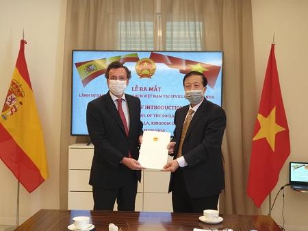 Đại sứ Hoàng Xuân Hải trao quyết định bổ nhiệm chính thức ông Pablo Rafael Gomez Falcon, công dân Tây Ban Nha, làm Lãnh sự danh dự Việt Nam tại thành phố Sevilla, - Ảnh: BNG