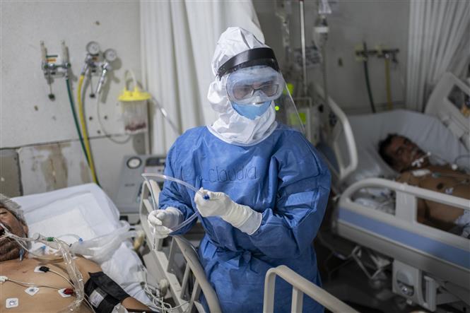 Nhân viên y tế điều trị cho bệnh nhân COVID-19 tại bệnh viện ở Atizapan, Mexico, ngày 22-5-2020. Ảnh: AFP/ TTXVN