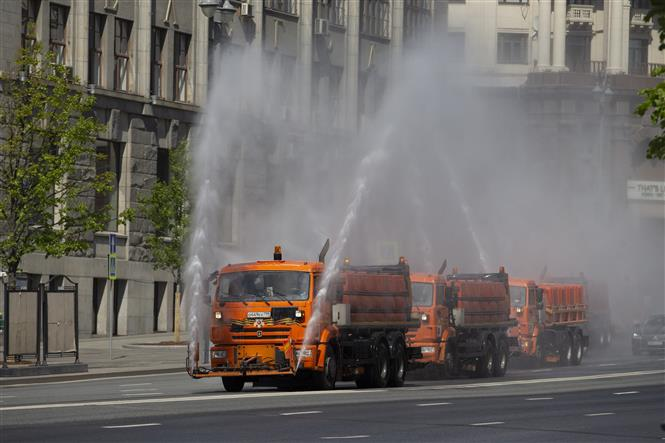 Phun thuốc khử trùng nhằm ngăn chặn sự lây lan của COVID-19 tại Moskva, Nga ngày 28-5-2020. Ảnh: THX/ TTXVN