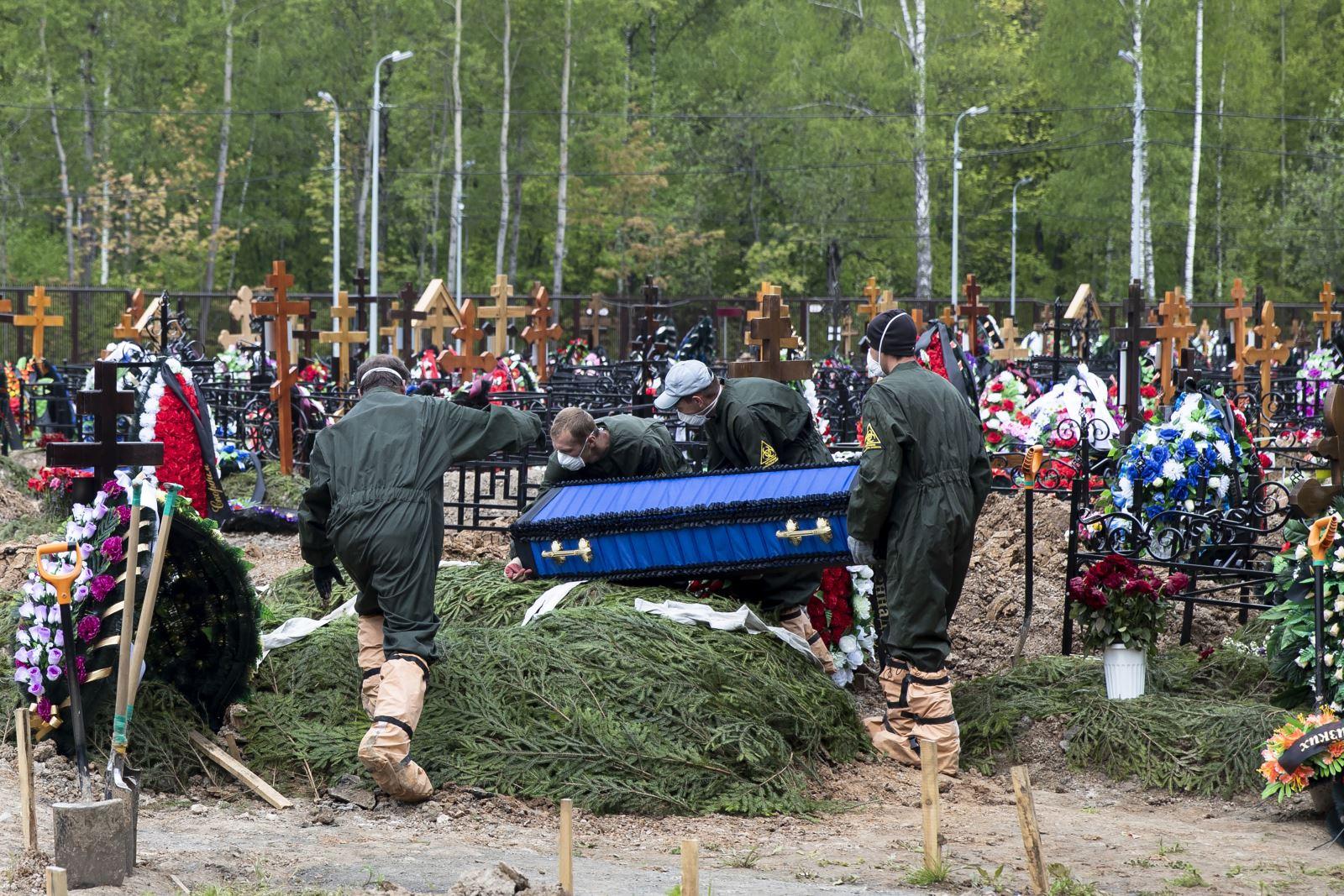Lễ an táng nạn nhân tử vong vì COVID-19 tại nghĩa trang ở ngoại Moskva ngày 26-5. Ảnh: AP