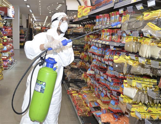 Phun thuốc khử trùng tại siêu thị ở Kuwait City, Kuwait, ngày 12-5-2020 nhằm ngăn chặn sự lây lan của COVID-19. Ảnh: THX/TTXVN
