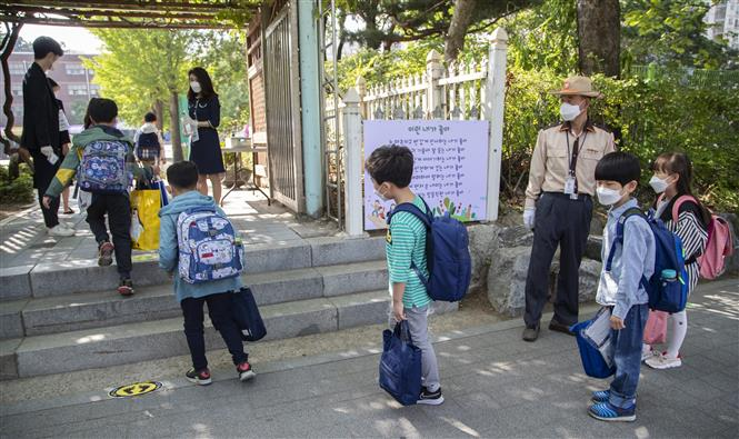 Học sinh tới trường học ở Seoul, Hàn Quốc ngày 27-5-2020. Ảnh: THX/ TTXVN