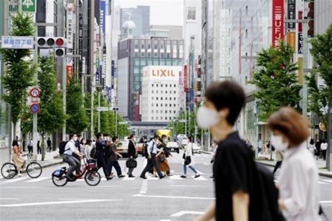 Người dân đi bộ tại quận mua sắm Ginza ở Tokyo, Nhật Bản, ngày 26-5-2020. Ảnh: Kyodo/TTXVN