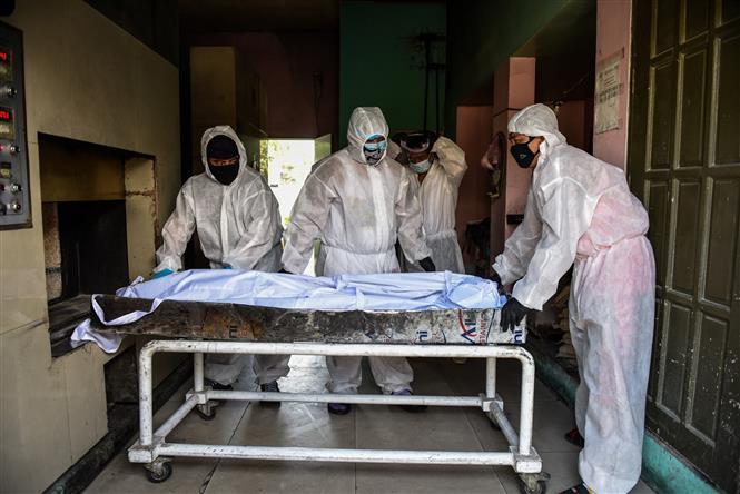 Chuyển thi thể bệnh nhân tử vong do COVID-19 tới nhà tang lễ ở Manila, Philippines. Ảnh: AFP/TTXVN
