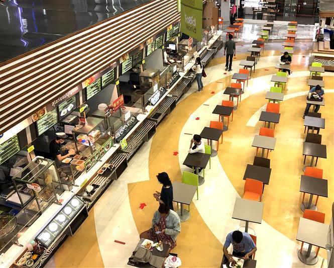 Biện pháp giãn cách xã hội được tuân thủ tại khu ăn uống của một trung tâm thương mại khi các biện pháp phong tỏa từng bước được nới lỏng. Ảnh: Ngọc Quang - PV TTXVN tại Thái Lan