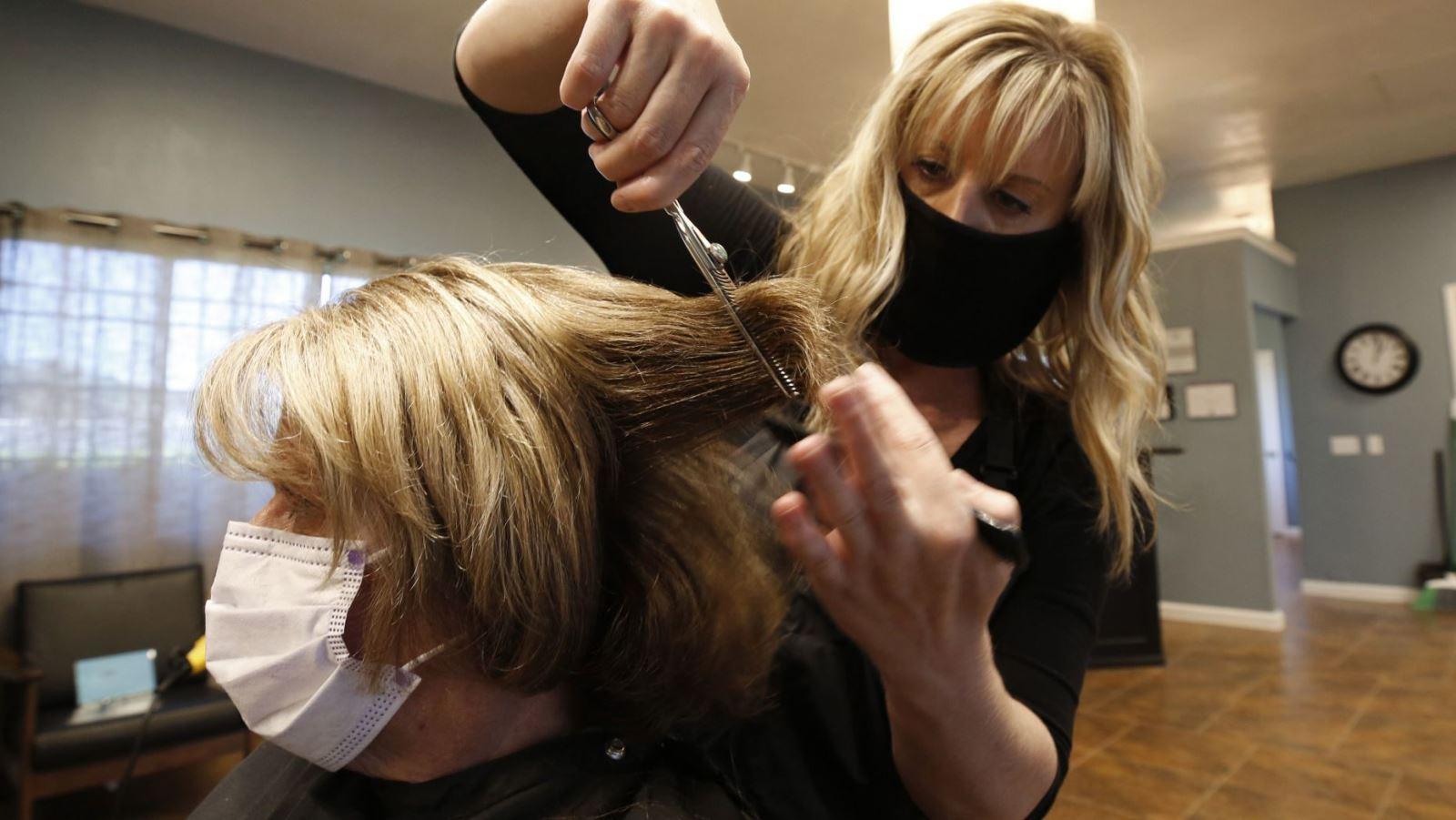 Một hiệu cắt tóc ở Auburn, California trong ngày đầu tiên mở cửa lại, hôm 27-5. Ảnh: AP