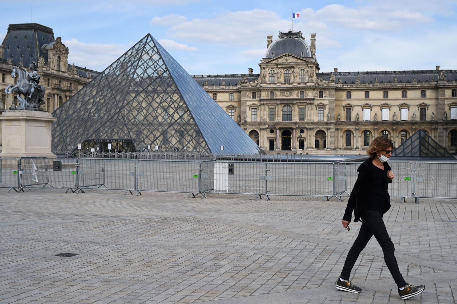 Bảo tàng Louvre trong thời kỳ phong toả vì dịch COVID-19. Ảnh: CNN