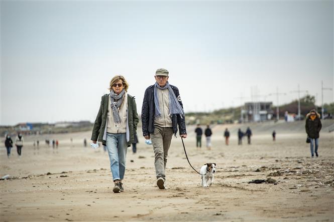 Người dân dạo trên bãi biển ở Dunkirk, miền Bắc Pháp ngày 16-5-2020 trong bối cảnh dịch COVID-19 tiếp diễn. Ảnh: THX/TTXVN