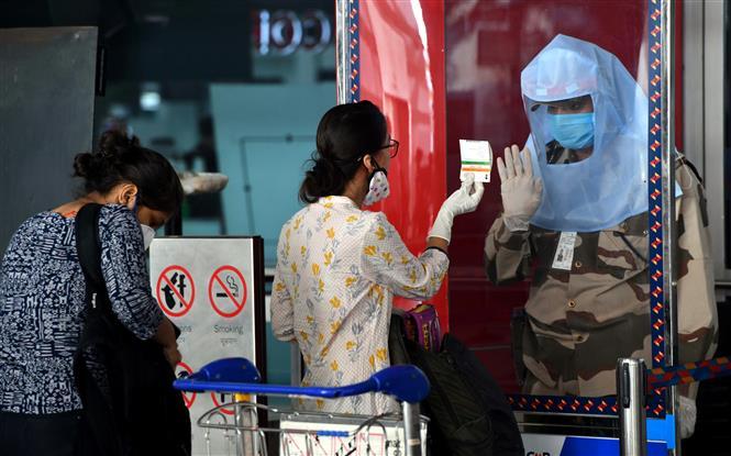 Nhân viên an ninh kiểm tra các hành khách tại sân bay quốc tế Indira Gandhi ở New Delhi, Ấn Độ, ngày 25-5-2020. Ảnh: THX/TTXVN