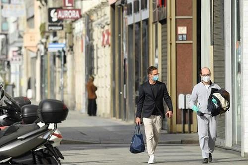 Người dân đeo khẩu trang phòng lây nhiễm COVID-19 tại Milan, Italy. Ảnh: Reuters