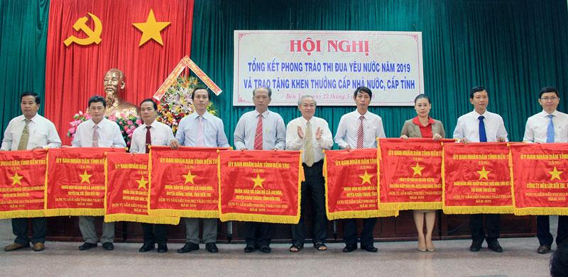 Các đơn vị nhận cờ thi đua UBND tỉnh năm 2019.