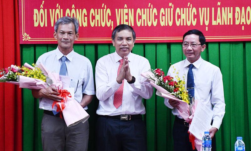 Chủ tịch UBND tỉnh Cao Văn Trọng trao quyết định cho 2 đồng chí nghỉ hưu.