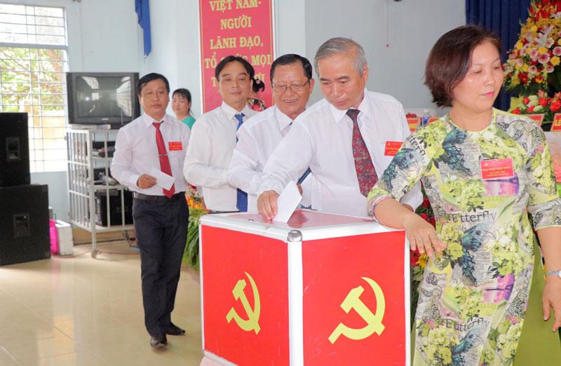 Đại biểu tham gia bỏ phiếu bầu Ban Chấp hành khóa mới.