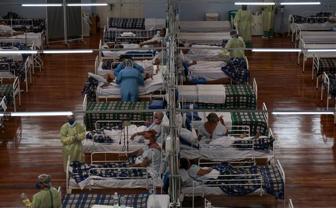 Bệnh nhân COVID-19 được điều trị tại bệnh viện dã chiến ở Santo Andre, bang Sao Paulo, Brazil ngày 11-5-2020. Ảnh: AFP/ TTXVN