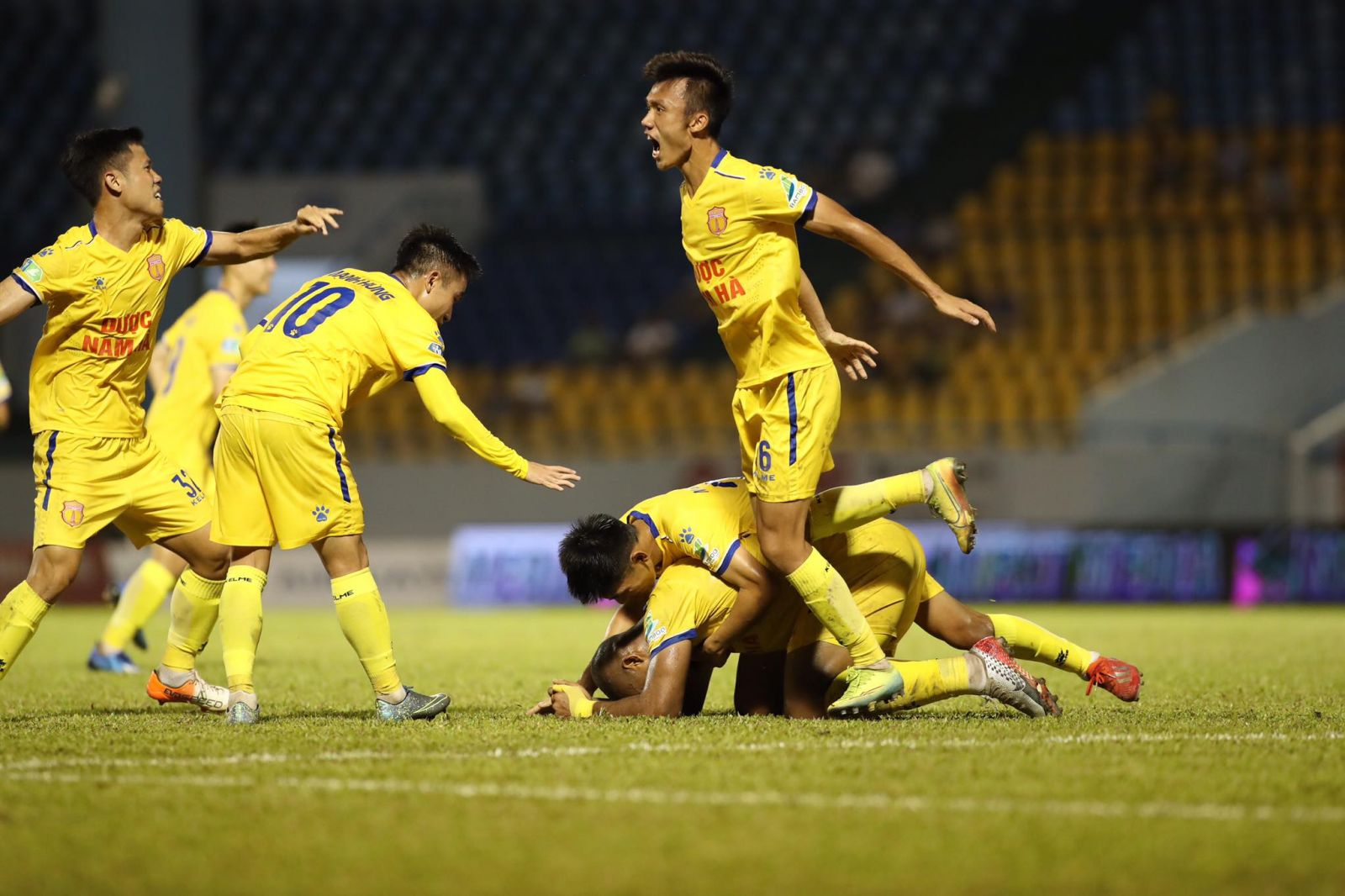 Niềm vui của đội khách sau khi liên tiếp có 2 bàn thắng quân bình tỷ số trận đấu