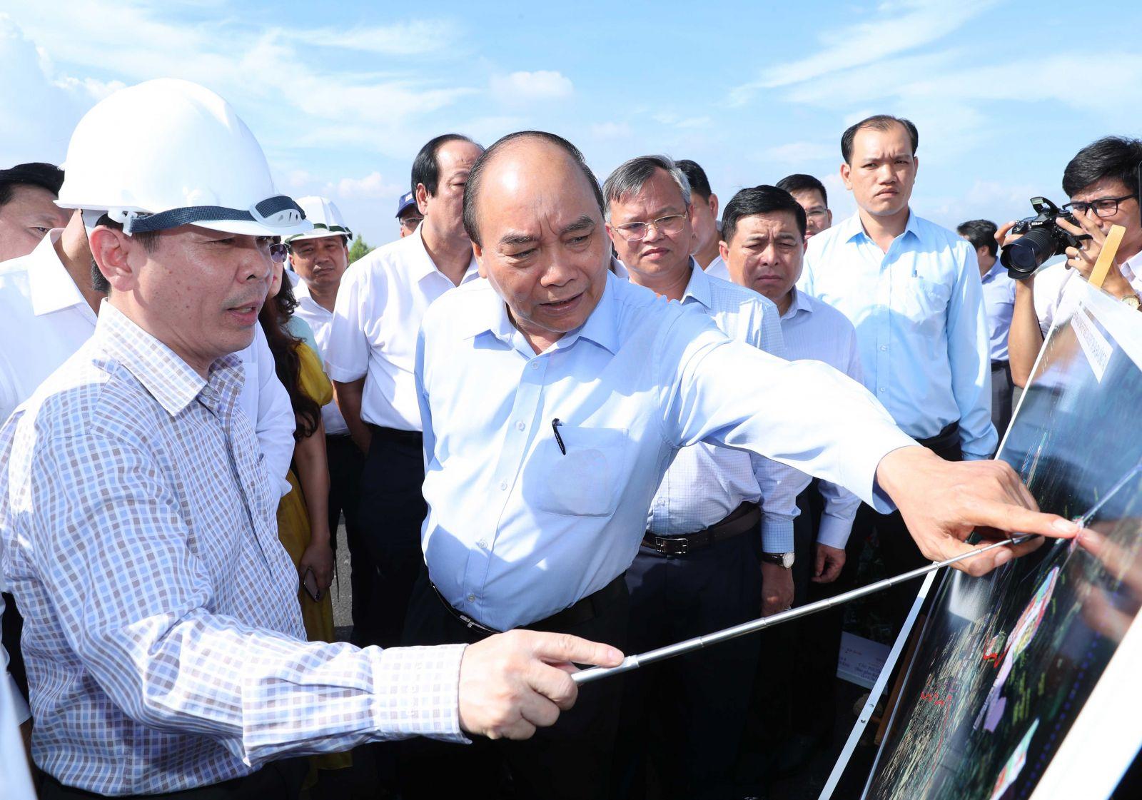 Thủ tướng Nguyễn Xuân Phúc thị sát dự án cầu Phước An. - Ảnh: VGP