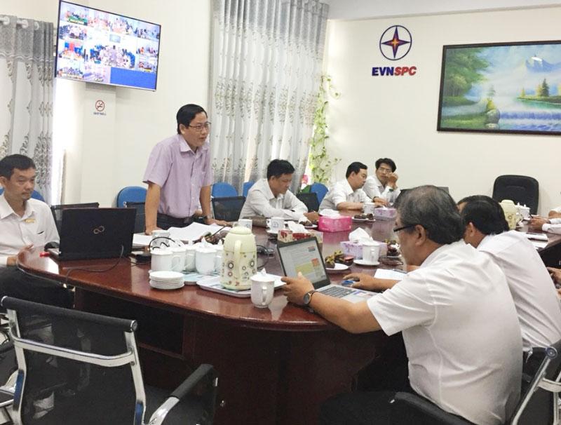 Ông Bùi Văn Quang - Chánh Thanh tra Sở Công Thương hướng dẫn qua hình thức trực tuyến cho các đơn vị.