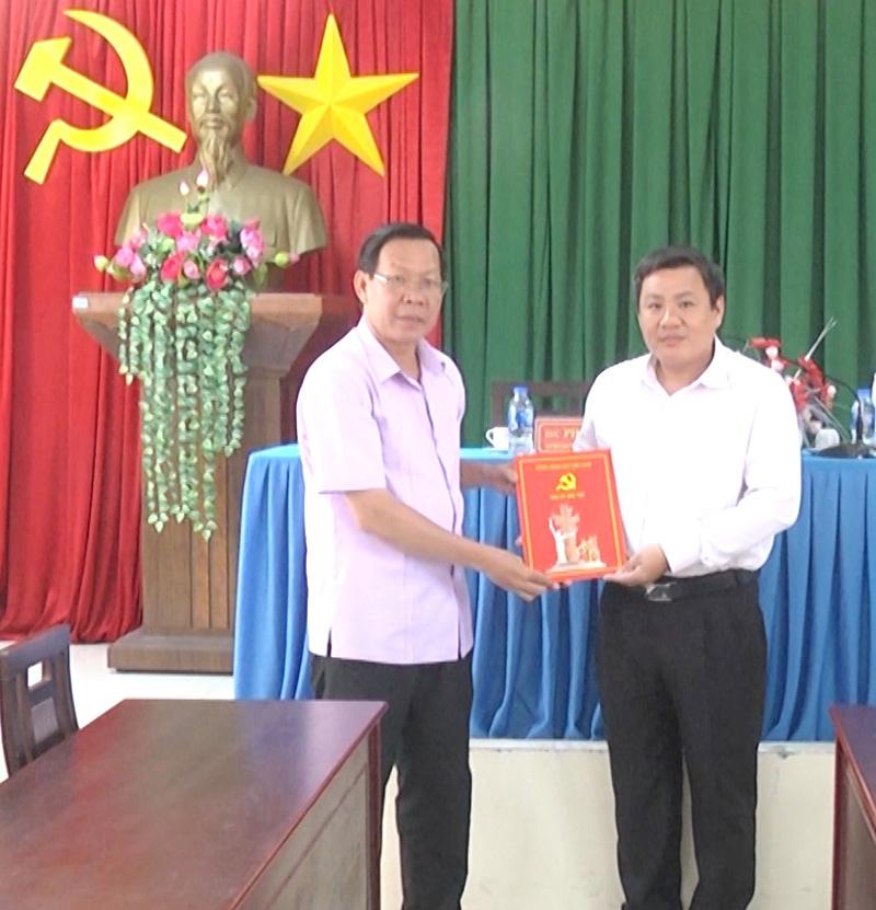 Bí thư Tỉnh ủy Phan Văn Mãi trao quyết định điều động cho đồng chí Nguyễn Văn Đảm.