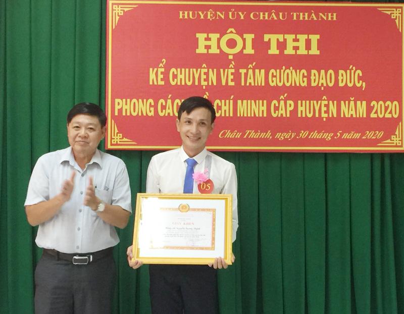 Phó Trưởng Ban tuyên giáo Tỉnh ủy Nguyễn Hữu Thọ trao giấy khen cho thí sinh đạt giải nhất hội thi.