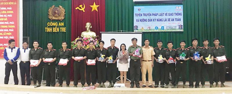 Ban tổ chức đã trao tặng quà cho các công dân tham gia trả lời và thực hành các tình huống đạt kết quả cao