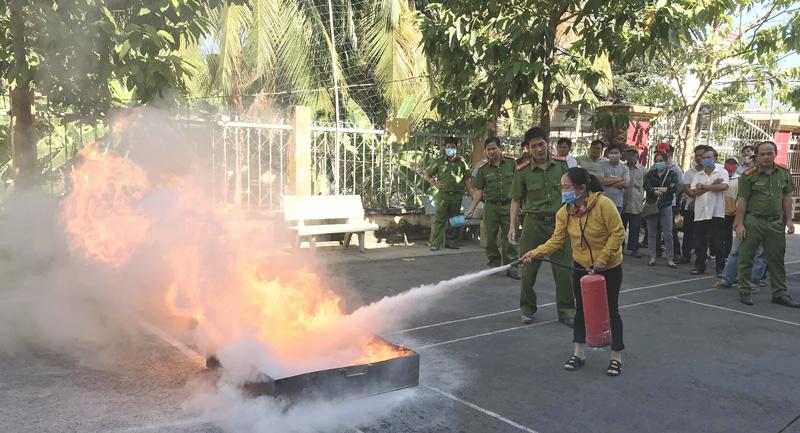 Thực tập thao tác chữa cháy cho các cơ sở sản xuất, kinh doanh.