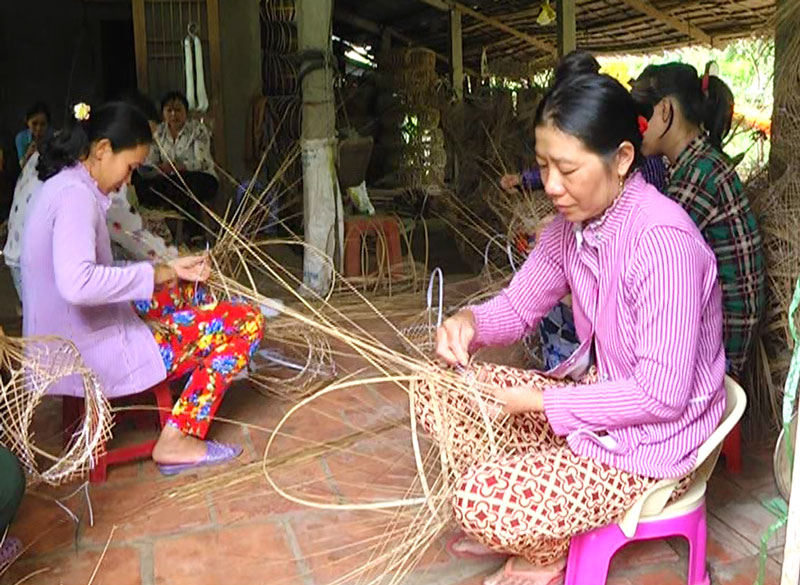 Nghề thủ công đan giỏ cọng dừa ở xã Sơn Phú.