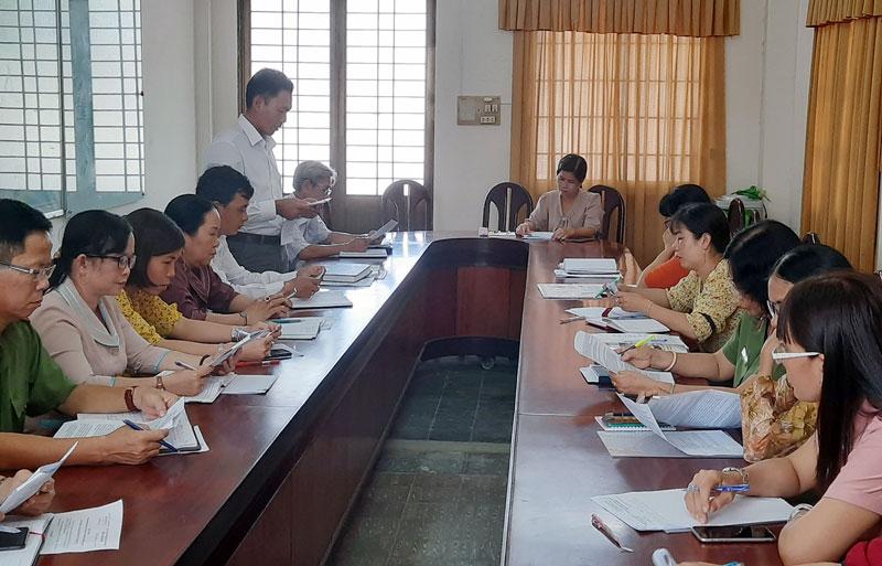 Hội Liên hiệp Phụ nữ tỉnh giám sát việc thực hiện Luật Bình đẳng giới tại UBND huyện Bình Đại. Ảnh: Nguyễn Hiếu
