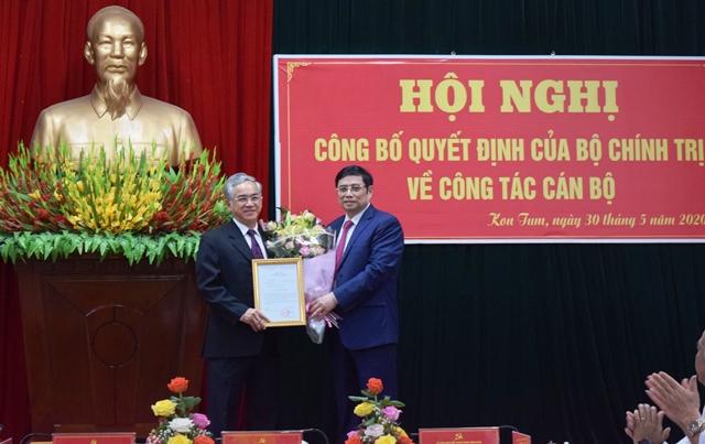 Đồng chí Phạm Minh Chính trao quyết định và chúc mừng đồng chí Nguyễn Văn Hùng.