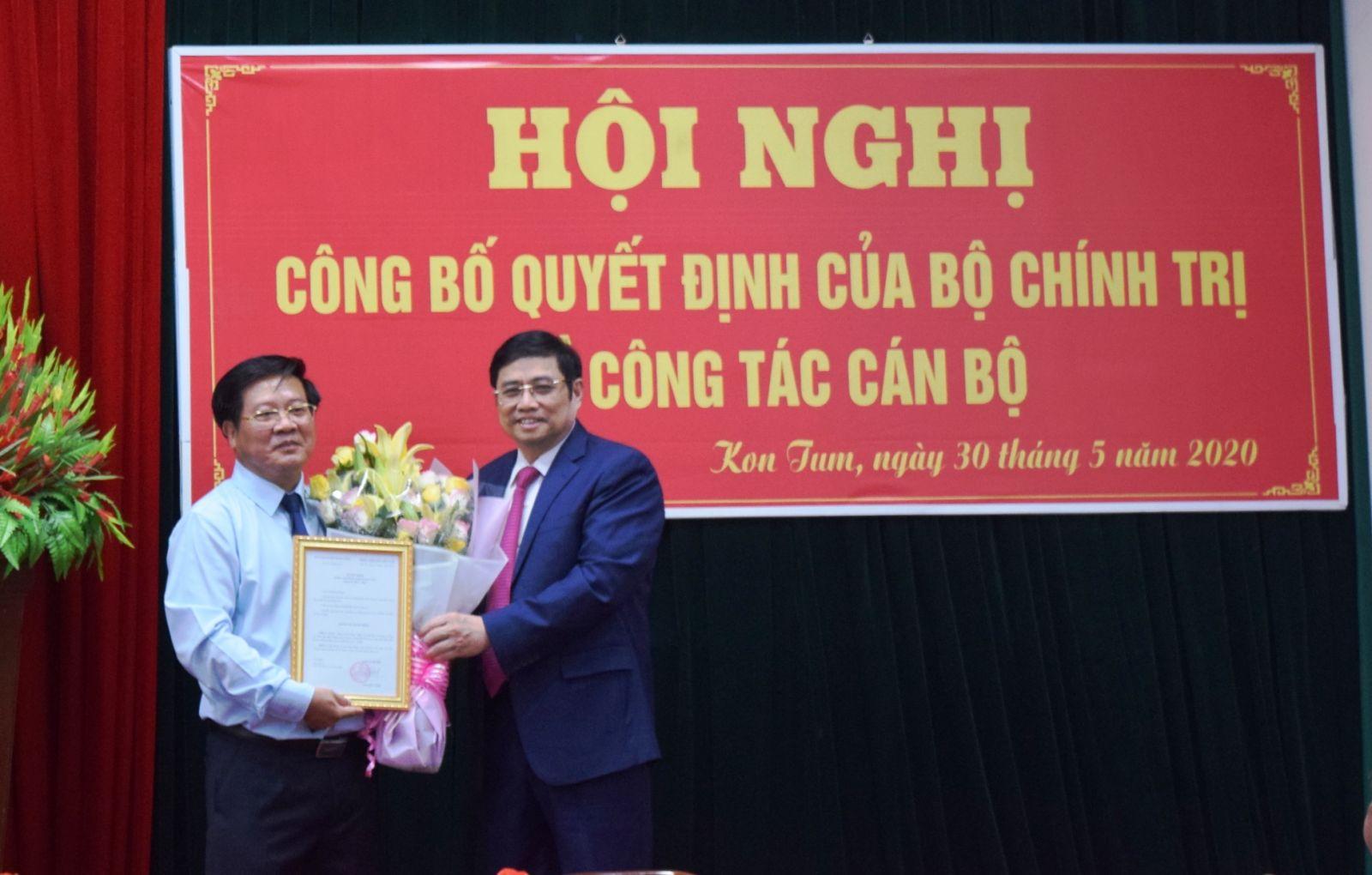 Đồng chí Phạm Minh Chính trao quyết định của Ban Bí thư cho đồng chí Lê Ngọc Tuấn. VGP/Dương Nương