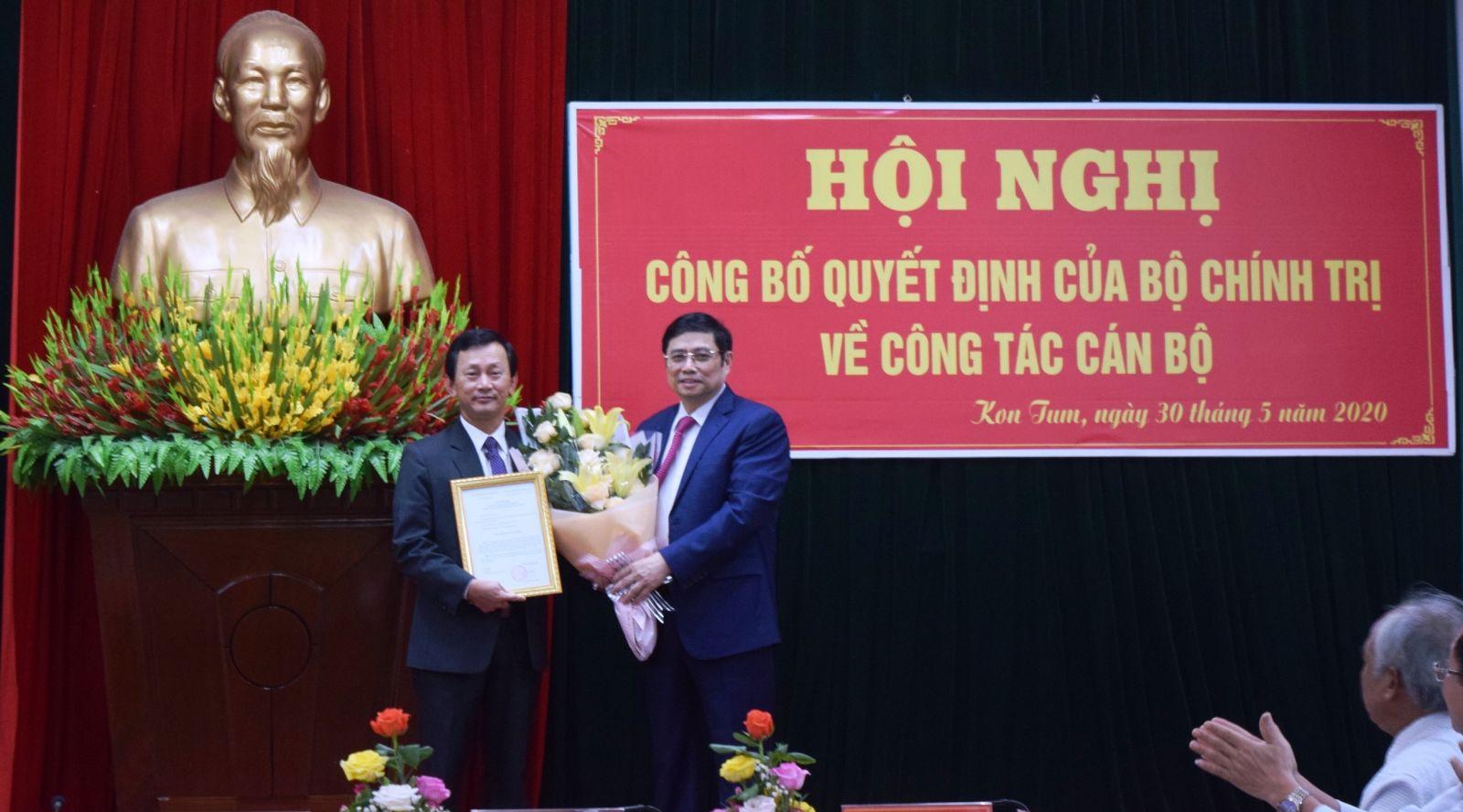Đồng chí Phạm Minh Chính trao quyết định của Bộ Chính trị cho đồng chí Dương Văn Trang. Ảnh: VGP/Dương Nương