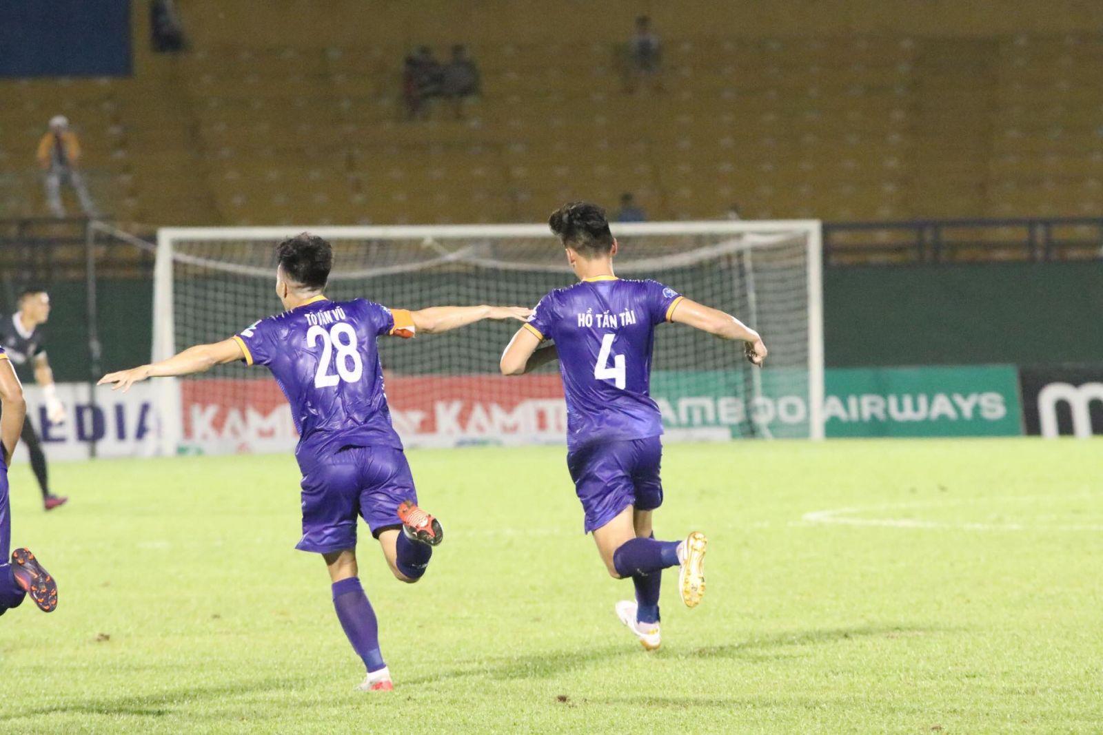 Niềm vui của Hồ Tấn Tài sau khi ghi bàn đẹp mắt mở tỷ số