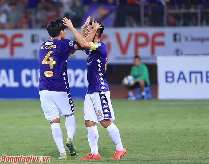 Văn Dũng là 1 trong 3 cầu thủ ghi bàn bên phía Hà Nội FC