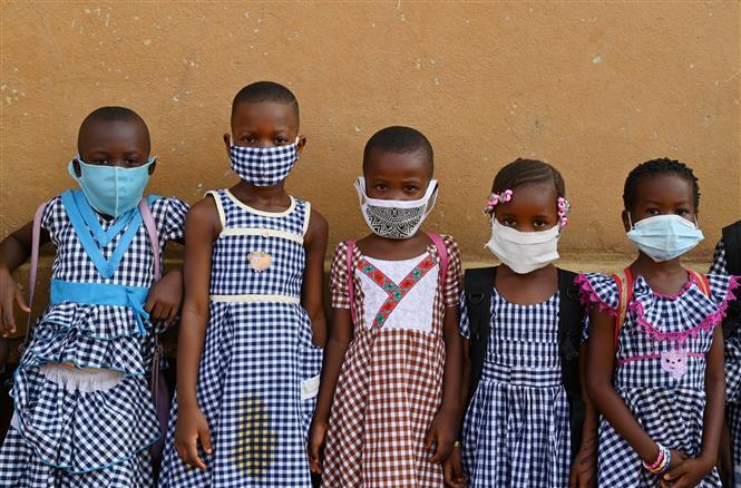 Trẻ em đeo khẩu trang phòng lây nhiễm COVID-19 tại Abidjan, Cote d'Ivoire, ngày 25-5-2020. Ảnh: AFP/ TTXVN