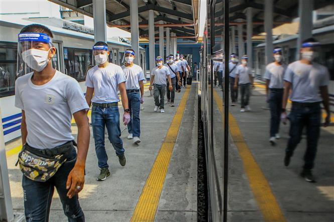 Người dân đeo khẩu trang, tấm chắn bảo vệ và thực hiện giãn cách xã hội nhằm phòng dịch COVID-19 tại Manila, Philippines ngày 29-5-2020. Ảnh: THX/TTXVN