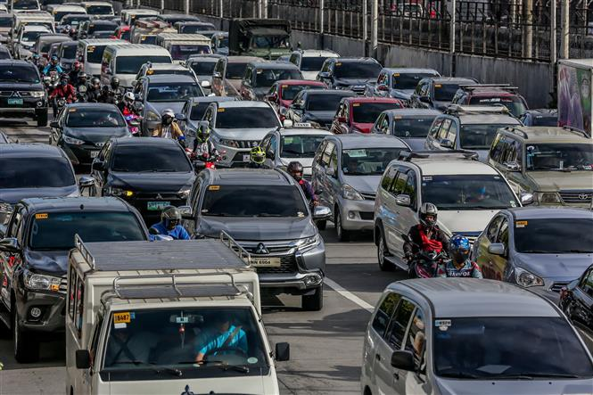 Các phương tiện lưu thông trên đường phố ở Manila, Philippines ngày 1-6-2020. Ảnh: THX/TTXVN