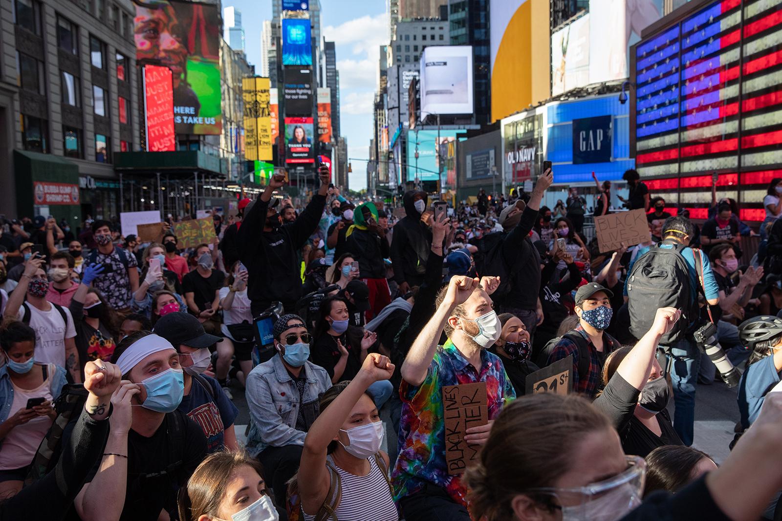 Người biểu tình phản đối phân biệt chủng tộc ở Quảng trường Thời đại, New York ngày 31-5-2020. Ảnh: Getty Images