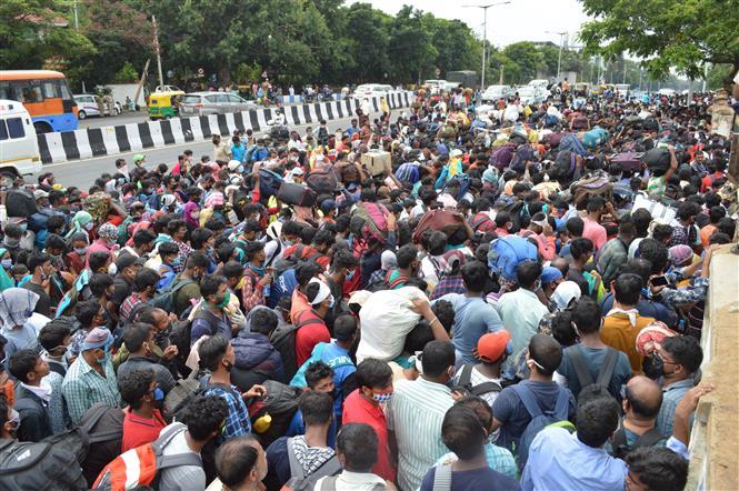 Người lao động nhập cư chờ lên xe buýt tại Bangalore, Ấn Độ ngày 23-5-2020 trong bối cảnh dịch COVID-19 lan rộng. Ảnh: THX/ TTXVN