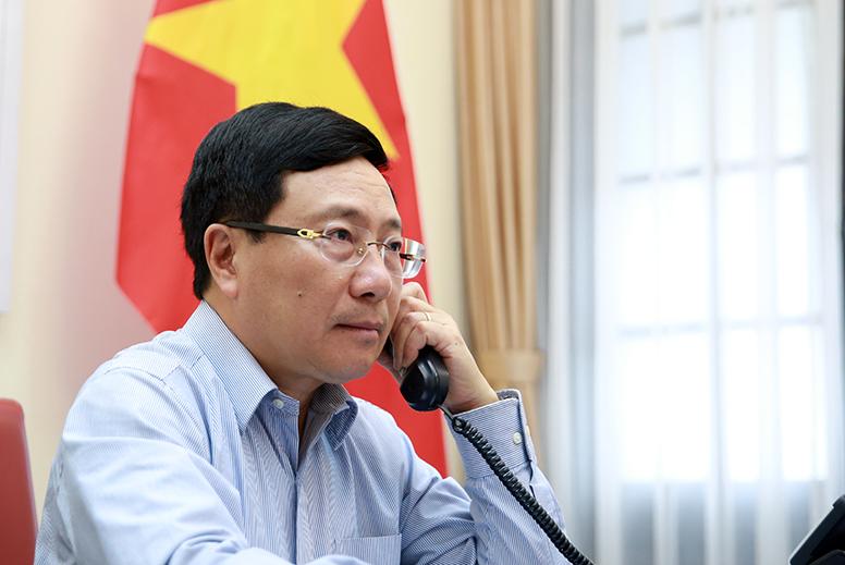 Phó Thủ tướng Phạm Bình Minh điện đàm với Bộ trưởng Ngoại giao Nhật Bản Motegi Toshimitsu - Ảnh: VGP/Hải Minh
